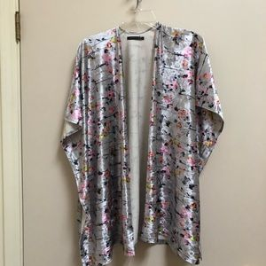 Do Everything In Love gray floral Kimono one size